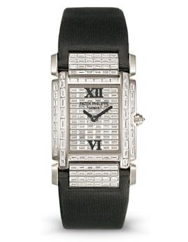 <strong>Réf. 4911G</strong><br>Pavée diamants baguette<br>Bracelet en satin<br><em>2003</em>